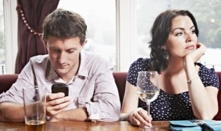 Restorāns piedāvā atlaidi par telefona nelietošanu